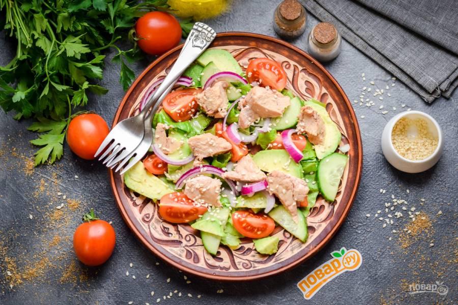Салат с печенью трески и авокадо