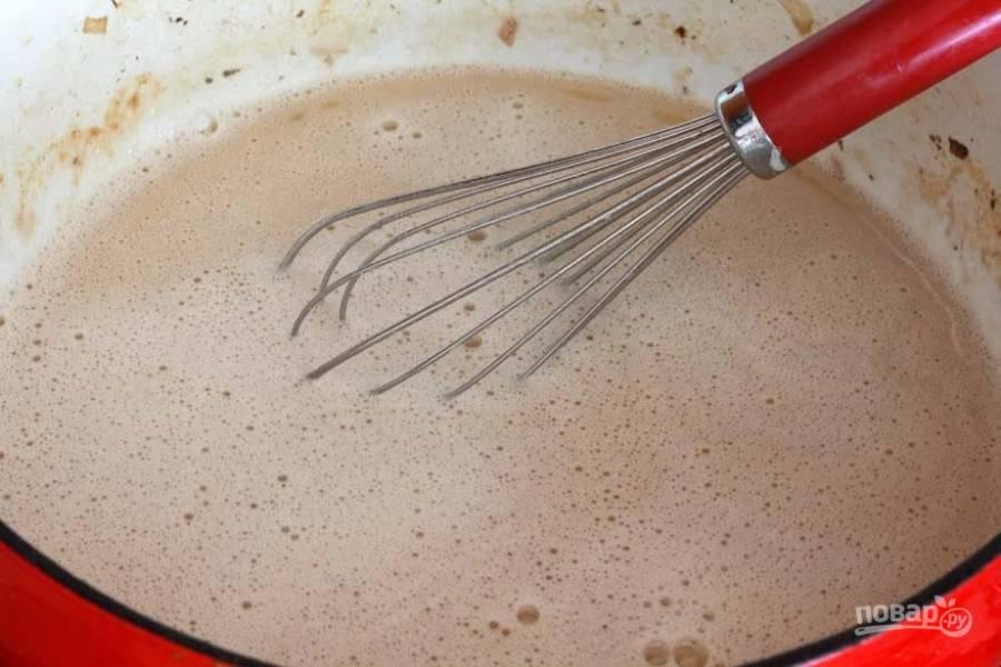6.Влейте молоко, бульон (говяжий или овощной).