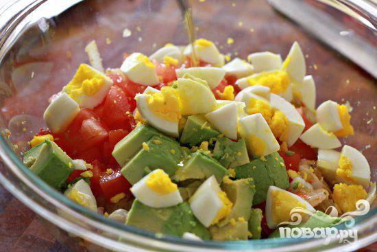 4. В отдельной посуде взбить 1/2 чашки оливкового масла и 1/4 стакана белого уксуса, отложить в сторону. Добавить яйца, авокадо и помидоры в смесь креветок и лука, аккуратно перемешать все вместе, добавить соль и перец по вкусу.