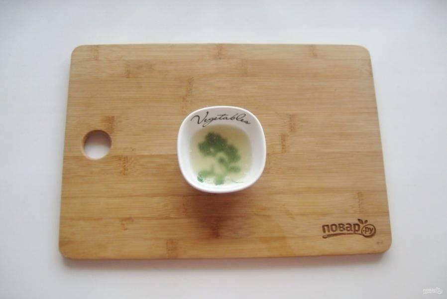 Перемешайте желатин с водой и дайте ему набухнуть в течение 10-15 минут.