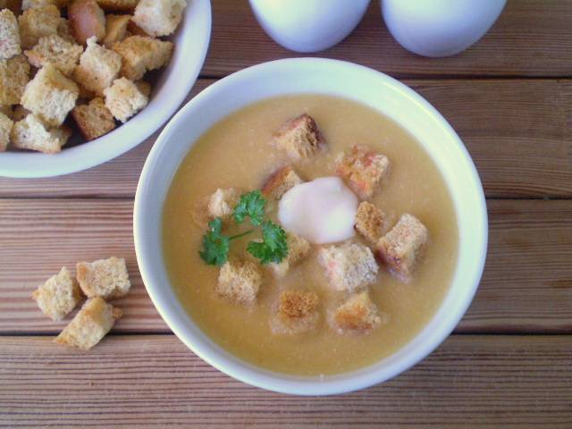 Добавьте порционно в суп гренки, сметану, зелень. Приятного!