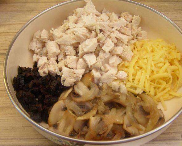 3. Сыр трем на терке, а остывшую курицу режем кубиками. Все ингредиенты помещаем в салатницу. Солим, перчим, добавим майонез и перемешаем.