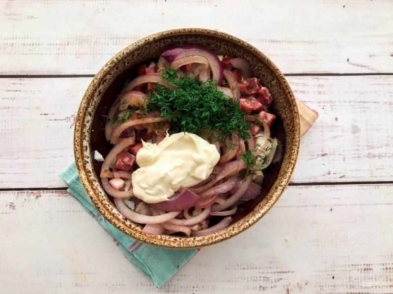 Зелень помойте, обсушите и мелко нарежьте. Зелень выложите в тарелку, добавьте майонез, соль и хорошо все перемешайте.