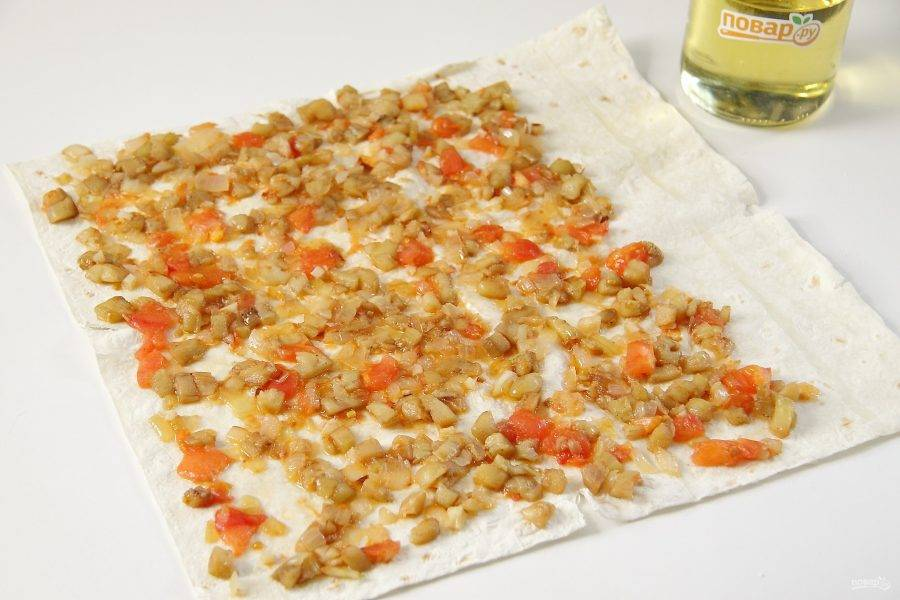 Лаваш разверните и нанесите равномерно готовую овощную начинку.