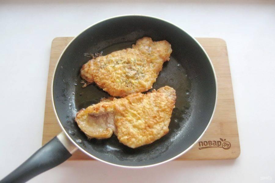 Обжарьте мясо с одной стороны на среднем огне до румяной корочки. После переверните на другую сторону, накройте сковороду крышкой и продолжайте жарить на огне ниже среднего до готовности еще 6-7 минут.