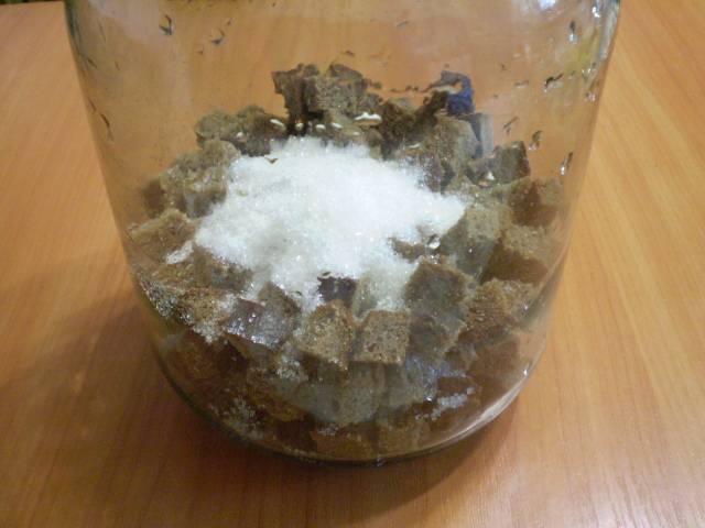 Возьмите чистый большой бутыль. Сложите в него хлеб и сахар, можно добавить немного изюма.