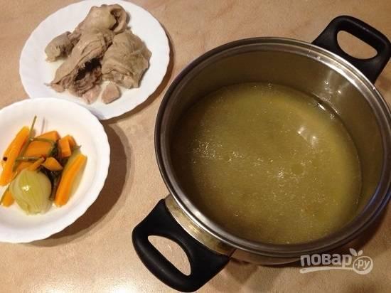 Достаем из бульона куриное мясо. Лук, морковь и стебли укропа выбрасываем, а бульон процеживаем.