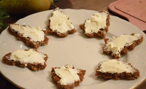 2. Смазываем сыром каждый кусочек. Я отдельно смешивала сыр с рубленной зеленью, но это не обязательно.