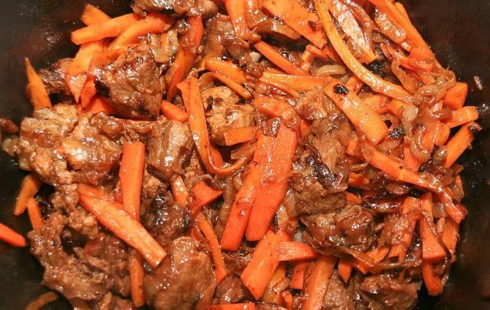 6. Следующим ингредиентом, который нужно отправить в казан, будет морковь. Ее необходимо также слегка обжарить.