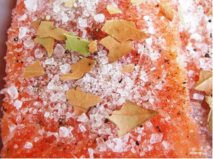 Черный перец горошком закладываю в ступку и растираю его в порошочек. Можно добавить кориандр, тмин и укроп. Но я не люблю много специй. Поэтому ограничусь перцем и лавровым листом, который я покрошу в рыбу.