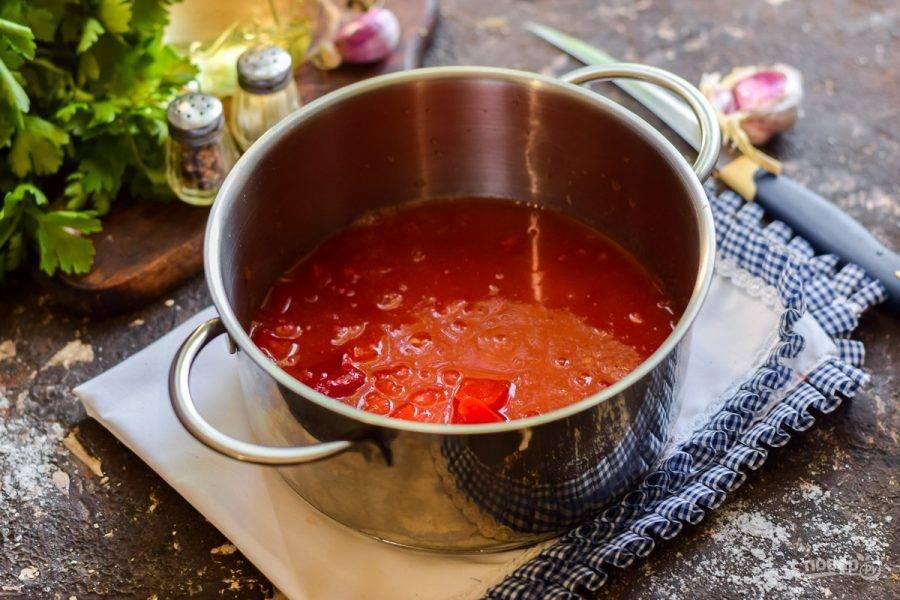 Измельчите помидоры, перец и чеснок на мясорубке. Перелейте томатную массу в кастрюлю.