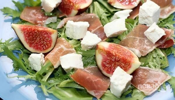 4.Выкладываю инжир и нарезанный кусочками мягкий козий сыр. Для заправки смешиваю в равных количествах мед, оливковое масло и лимонный сок. Поливаю полученным соусом салат. Приятного аппетита!