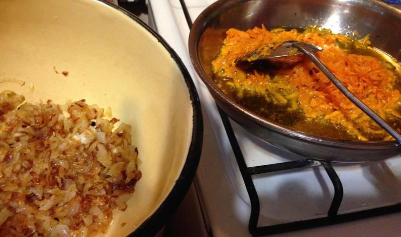 На растительном масле обжариваем лук, затем добавляем морковь. Пассеруем все до мягкости.