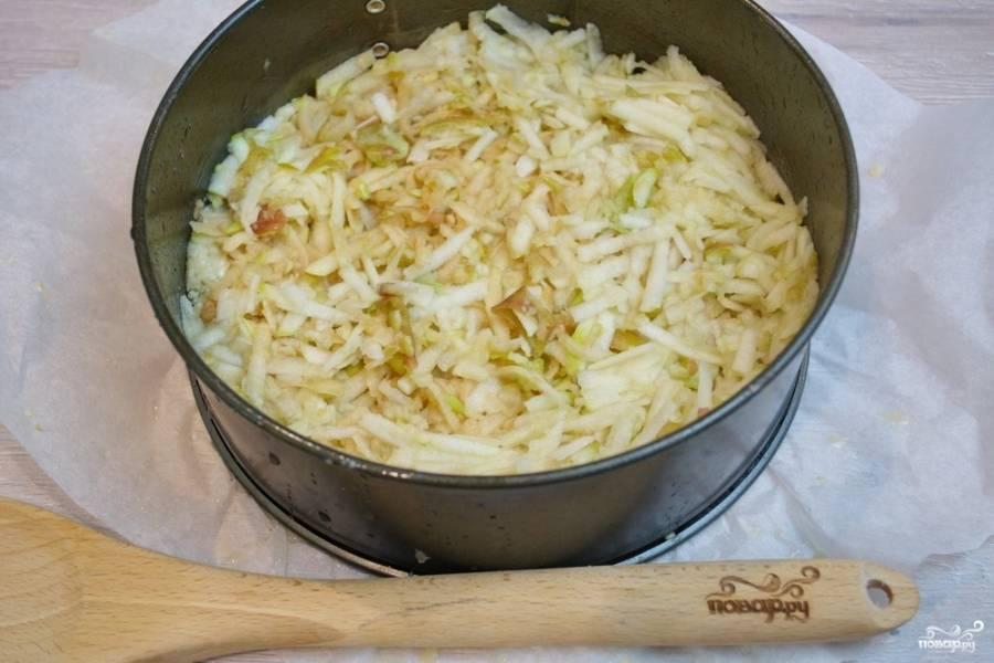 5. Натрите на терке яблоки (без шкурки). Выложите яблочную стружку на тесто.