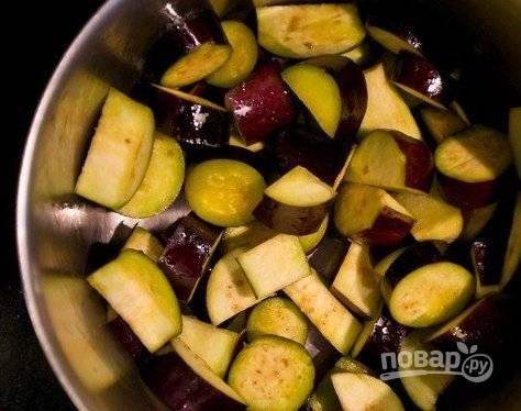 2. Сразу нужно нарезать баклажаны, посолить и оставить их на 20 минут, чтобы ушла вся горечь. Нарезайте баклажаны кубиками среднего размера. Если любите мелкие овощи в икре, нарезайте мельче, это на конечный результат не повлияет негативным образом.