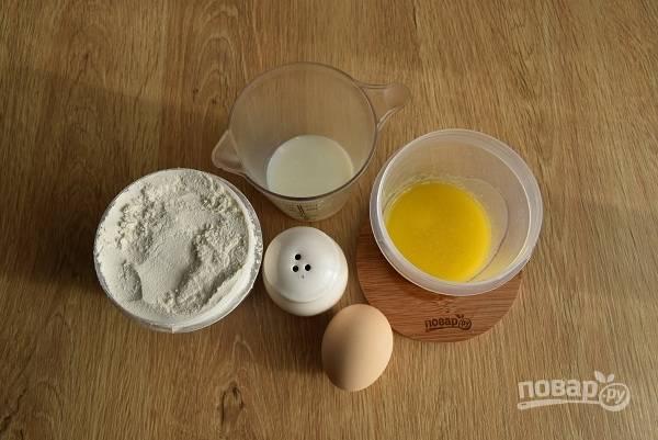 Подготовьте необходимые продукты для теста. Муку просейте, масло растопите.