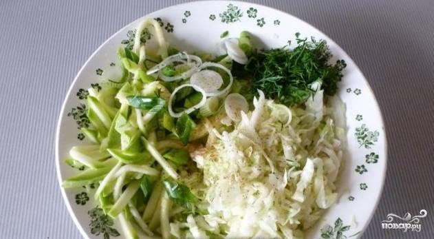 5. Нарезанный и промаринованный кабачок соедините в тарелке с тонко порезанной капустой и зеленью (петрушка, зеленый лук).
