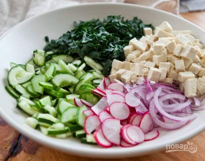 Вымоем все овощи и нарежем некрупно. Лук порежем тонкими полукольцами. Тофу нарежем кубиками. Сложим все в миску.