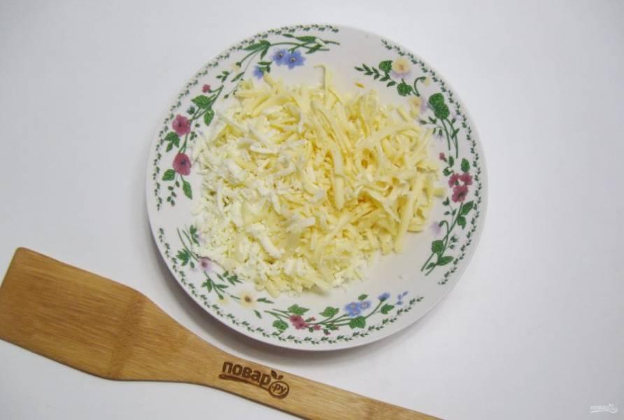 """Сыр """"Адыгейский"""" и твердый натрите на терке."""