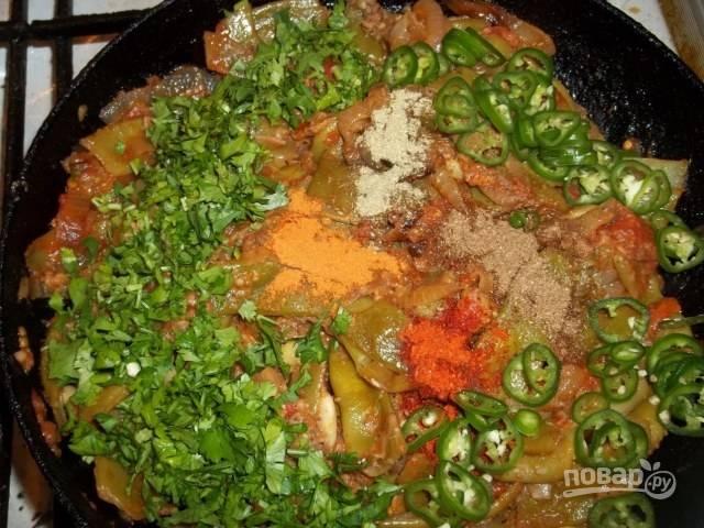 3.Нарежьте луковицу и красный перец кубиками. Разогрейте сковороду с растительным маслом, выложите лук с перцем и обжаривайте их пару минут. Снимите кожуру с томата и нарежьте кубиками, добавьте в сковороду. Спустя пару минут выложите ранее приготовленную зеленую фасоль. Измельчите орехи и чеснок на мясорубке, добавьте в сковороду. Зеленый перец нарежьте тонко и выложите к остальным ингредиентам. Добавьте все специи и рубленую петрушку.