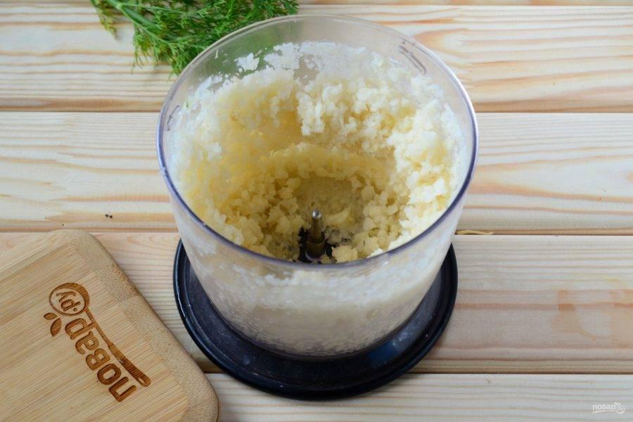 Начните с приготовления основы. Для этого измельчите в блендере или кухонном комбайне цветную капусту до состояния кашицы.