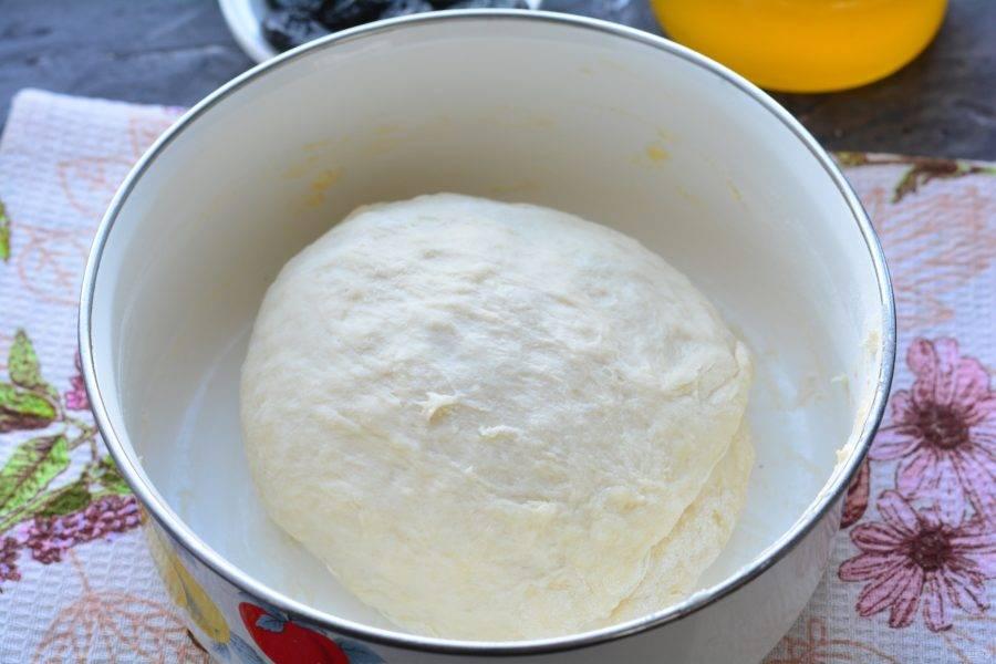 Всыпьте оставшуюся часть муки и замесите упругое тесто. Оставьте отдыхать под полотенцем на 15 минут.
