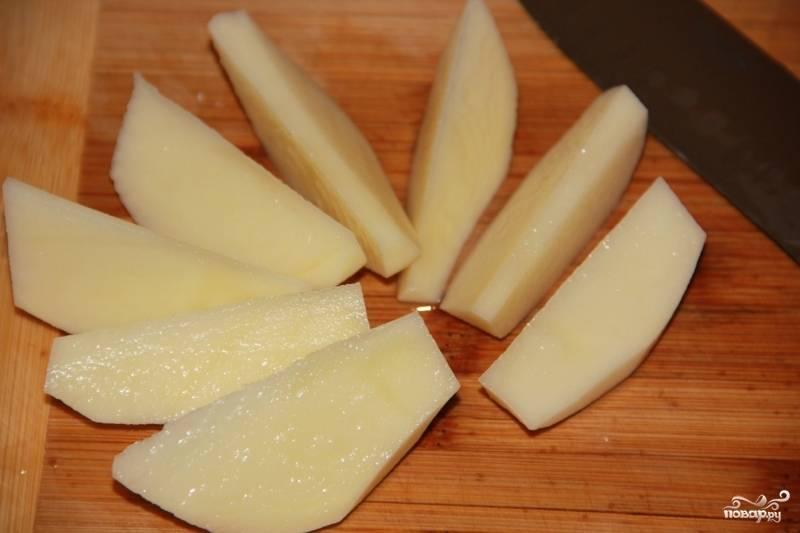 1. Утку промоем, немного отобьем, складываем в салатницу. Смешаем оливковое масло и апельсиновый сок со специями и измельченным чесноком, этой смесью натираем утку — и пусть стоит час. Тем временем нарежем картошку брусочками, а лук - полукольцами.