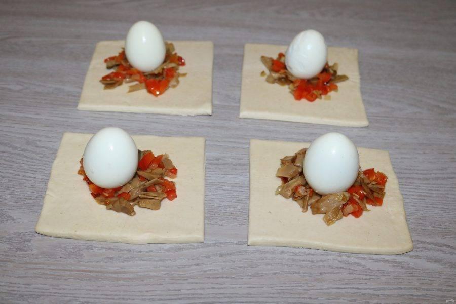 На начинку поставьте по 1 яйцу.