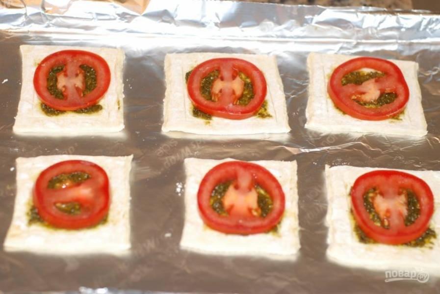 2. Смажьте кусок теста соусом, положите сверху дольку помидора.