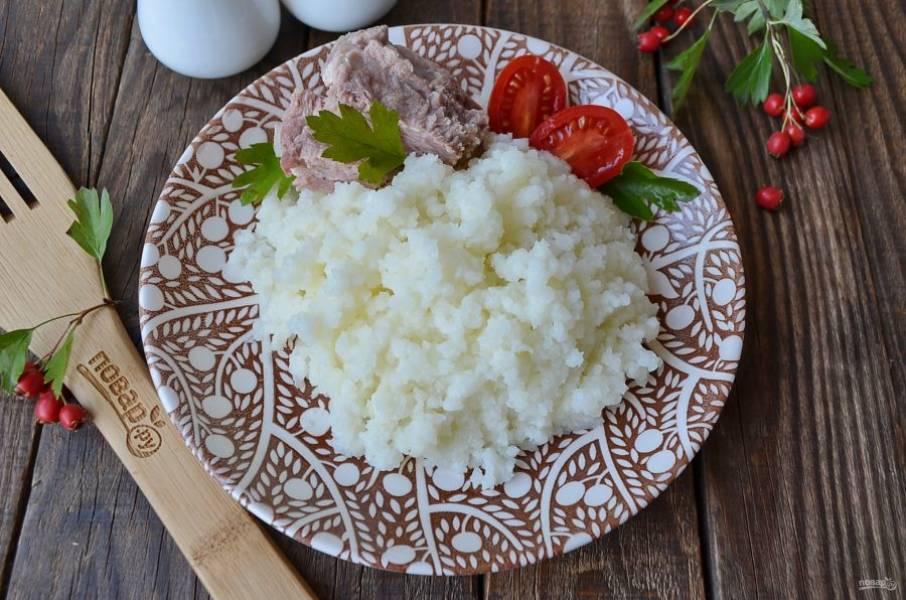 Готовую кашу подайте с мясом и овощами горячей. Приятного аппетита!
