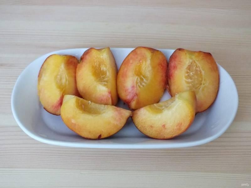Возьмите 1,5 персика от общего количества, разрежьте, удалите косточки. Поставьте в микроволновку на 3 минуты.
