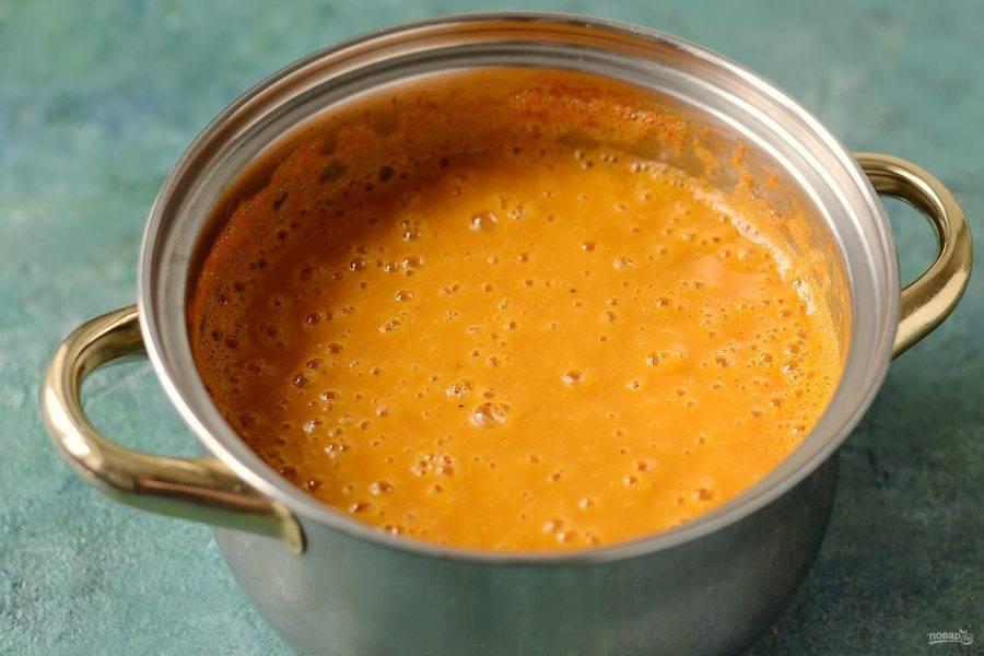 Измельчите суп блендером.