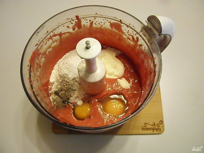 Добавляем 2 ст.л сметаны, 2 яйца, соль, перец черный молотый и половину стакана муки. Снова включаем блендер.