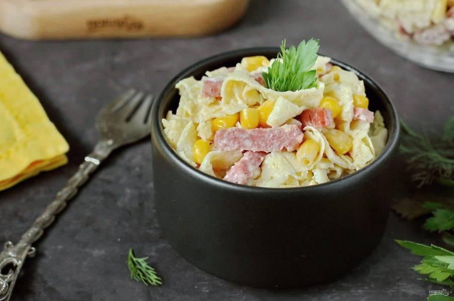 Блинный салат готов. Можно сразу же его подать к столу. Приятного аппетита!