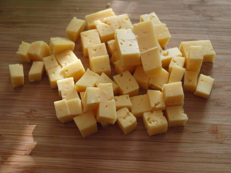 1.  Мартини - это растительный вермут со специфическим вкусом. С этим напитком сочетаются разные закуски: виноград, сыр, оливки и даже ветчина. В домашних условиях можно приготовить любую из них. Также можно соединить оливки с сыром и лимоном - отличное сочетание. Итак, нарезаем сыр кубиками среднего размера, выкладываем на блюдо.