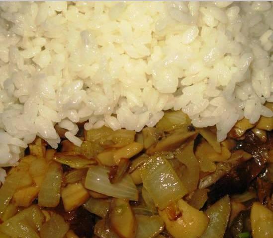 3. Рис отварим до готовности, затем добавим к грибам и луку. Обжарим все вместе, затем добавим капусту с морковкой. Перемешаем, добавим специи. Тушим все вместе еще 10 минут.