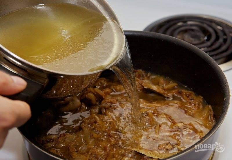 Влейте к луку бульон, перемешайте все и доведите до кипения. Затем накройте крышкой и уменьшите тепло. Уваривайте суп в течение получаса.