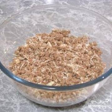 2.Пожаренную печень с луком теперь нужно пропустить через мясорубку или измельчить в блендере. Сварите яйца и почистите их. Белки вместе с желтками натрите на мелкой терке. Выложите тертые яйца, соль и перец в посуду с печенью. Все тщательно перемешайте.