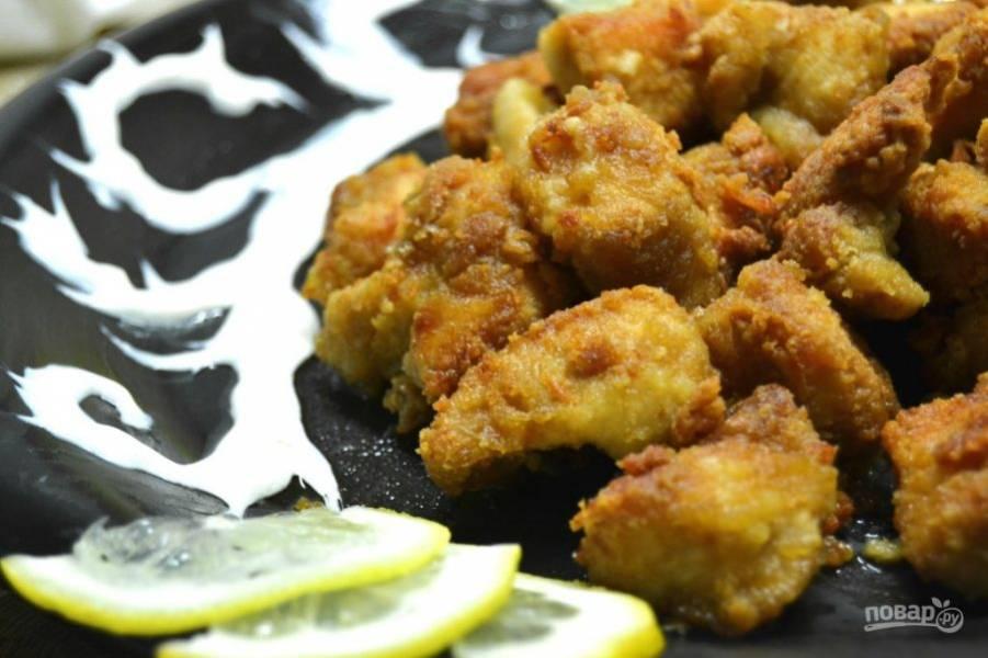 8.Переложите филе на салфетку, затем выложите в тарелку. Подавайте его горячим, украсив ломтиками лимона.