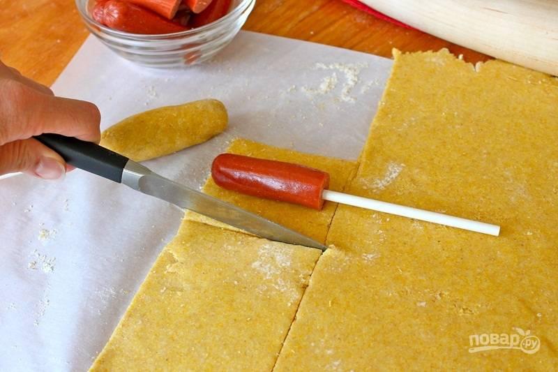 Приготовим простое тесто, смешав сухие ингредиенты. Затем добавьте масло, сделайте крошку. Постепенно добавьте молоко и мед, вымешайте тесто и раскатайте между листов пергамента, присыпанных мукой, в пласт толщиной около 6 мм.