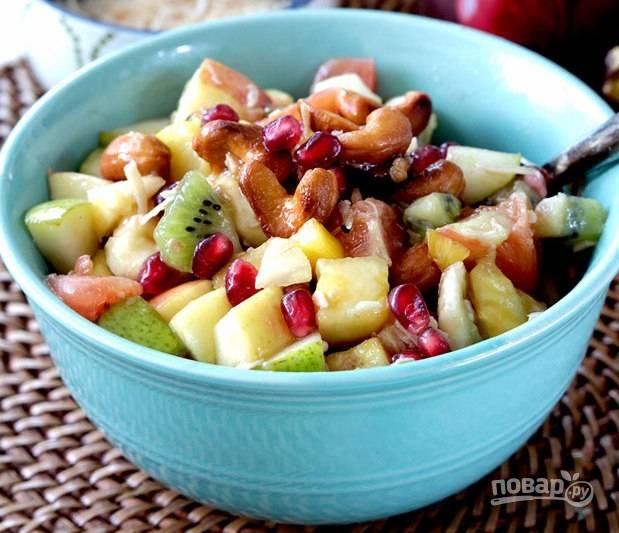 Заправьте фрукты ореховым и гранатовым соусом. Всё перемешайте. Сверху добавьте кокос. Приятной дегустации!