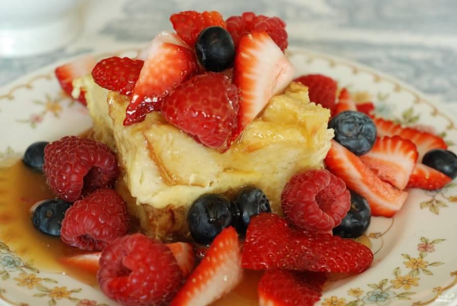Французский хлебный пудинг с ягодами