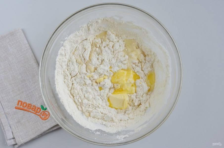 Всыпьте всю муку, начните ложкой замешивать тесто, в процессе добавьте масло.