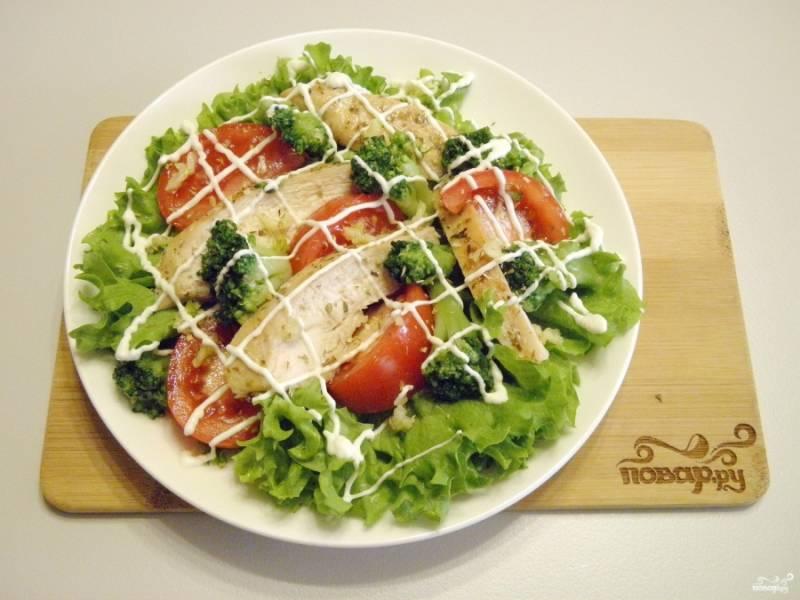 Сделайте легкую майонезную сеточку и подайте салат к столу. Приятного!