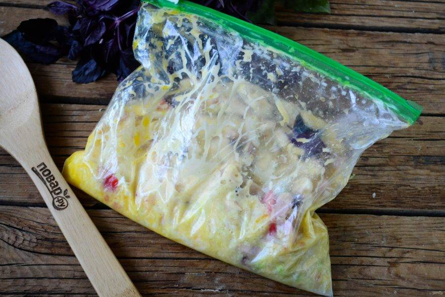 Закройте или завяжите пакет и хорошенько разомните руками, чтобы все содержимое хорошенько размешалось, а яйца слегка взбились. Особых усилий для этого не потребуется, в пакете взбивать яичную массу намного проще, чем в миске.