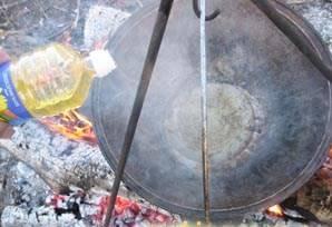 В нагретый над огнем казан вливаем 150 грамм растительного масла.