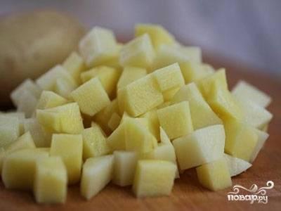 Картофель порезать кубиками.