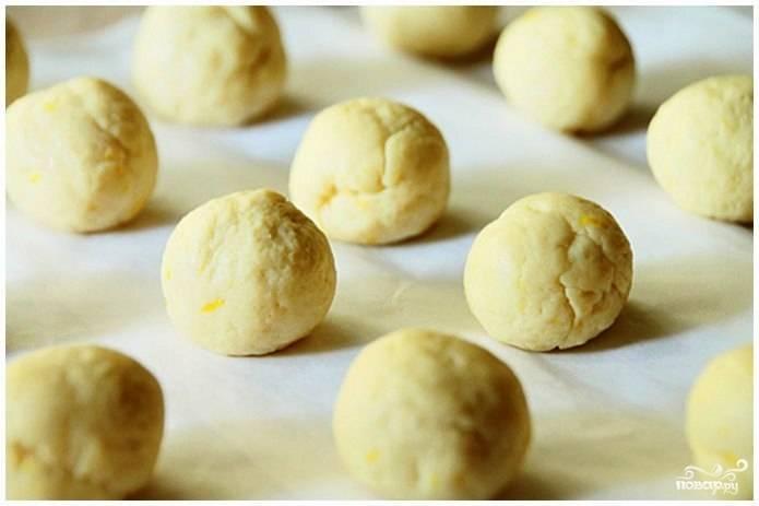 Добавляем лимонную цедру и месим из получившейся массы тесто. Из получившегося теста скатываем колбаску, которую разделяем на 16 равных частей. Из каждой части скатываем шарик - как на фото.
