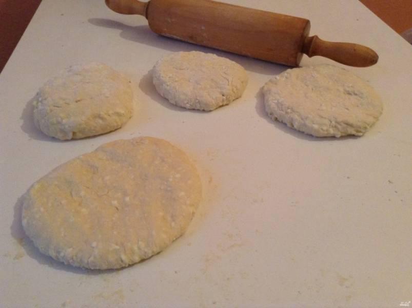 Разделите тесто на 4-5 частей.