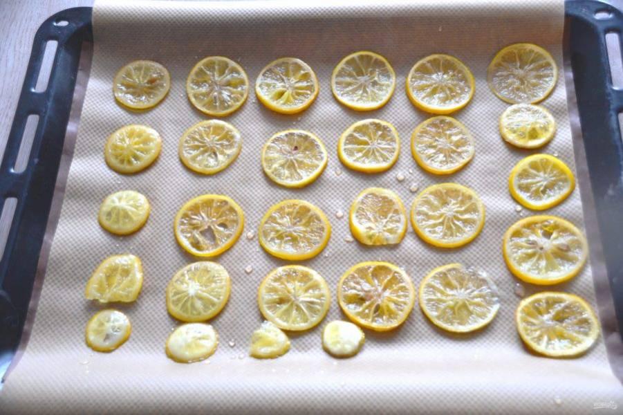 Выпекайте (сушите) лимонные ломтики при температуре 90 градусов с конвекцией 1,5-2 часа. Если в духовке нет режима конвекция, то просто сделайте минимальный режим горения. По истечении половины времени переверните лимонные ломтики другой стороной вверх.